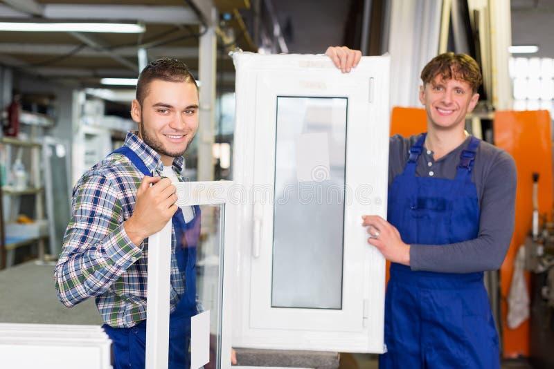 Pvc-profil- och fönsterproduktion på den moderna fabriken royaltyfria bilder