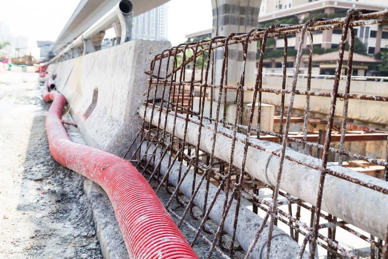 PVC, tuyaux en plastique ondulés, diviseur concret de rebar dans la route Co images libres de droits