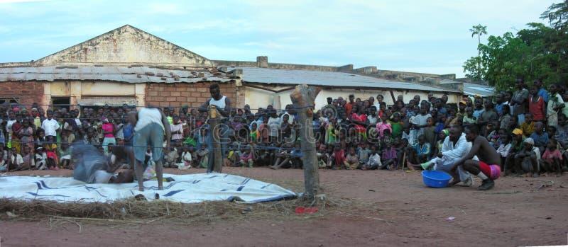 Pweto, Katanga, Demokratyczna republika Kongo, May 20th 2006: Zapaśnicy walczy przed tłumem zdjęcia stock