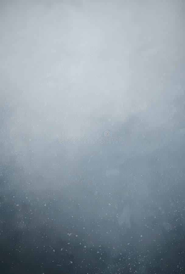 Pył cząsteczki unosi się w powietrzu przeciw ciemnemu tłu zdjęcie stock