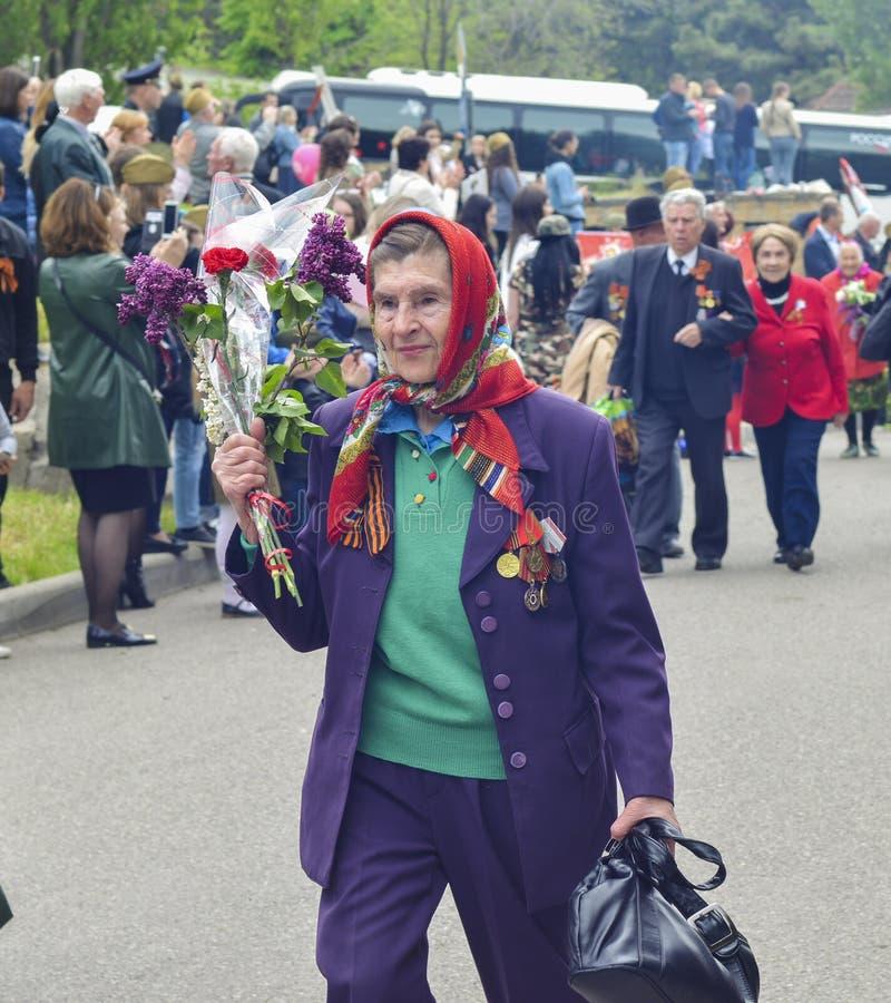 PYATIGORSK,俄罗斯- 2017年5月09日:有花的退役军人妇女在胜利天庆祝 库存照片