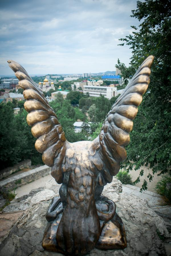 PYATIGORSK, РОССИЯ - 7-ОЕ ИЮЛЯ 2017: Скульптура орла на горячей горе в Pyatigorsk, стоковые изображения