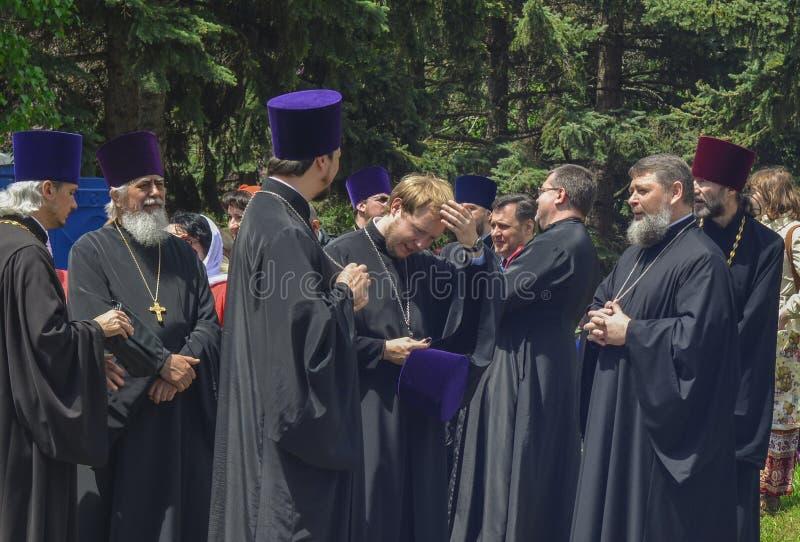 PYATIGORSK, RUSIA - 9 DE MAYO DE 2017: Sacerdotes en ropa tradicional en la calle fotos de archivo libres de regalías