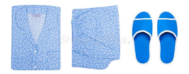Pyjama'sschoenen Hoogste mening Bloemnachtkleding en Blauwe die Pantoffels op Witte Achtergrond met het Knippen van Weg wordt geï royalty-vrije stock afbeelding