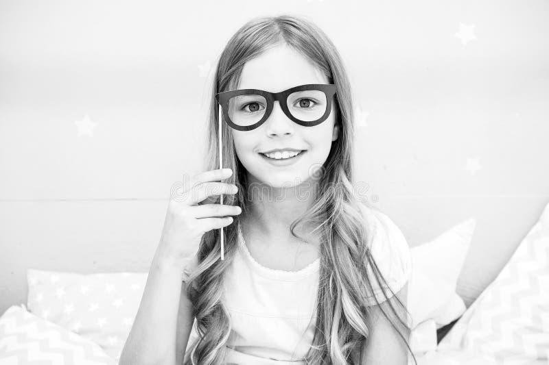 Pyjamaparteikonzept Mädchenbrillen an der Pyjamapartei Nettes Kind, das Brillen aufwirft Passfotoautomat stützt Ideen lizenzfreie stockbilder