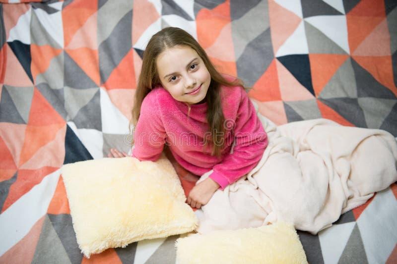 Pyjamas och sovrumtextil Pyjamas och kläder för hem Bär den lilla ungen för flickan mjuk gullig pyjamas, medan koppla av på säng royaltyfri fotografi