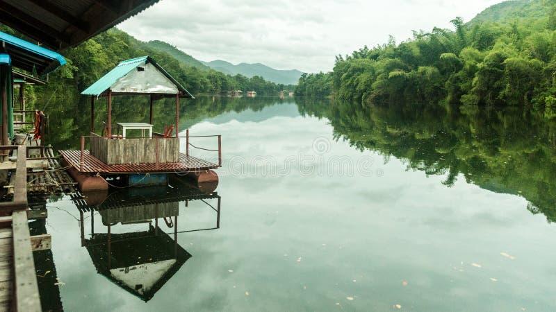 Pykniczna łódź wiązał do doku na rzece w Tajlandia obrazy royalty free