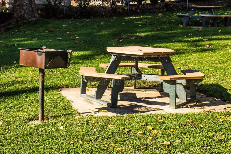 Pykniczni stoły & BBQ stojak w parku fotografia stock