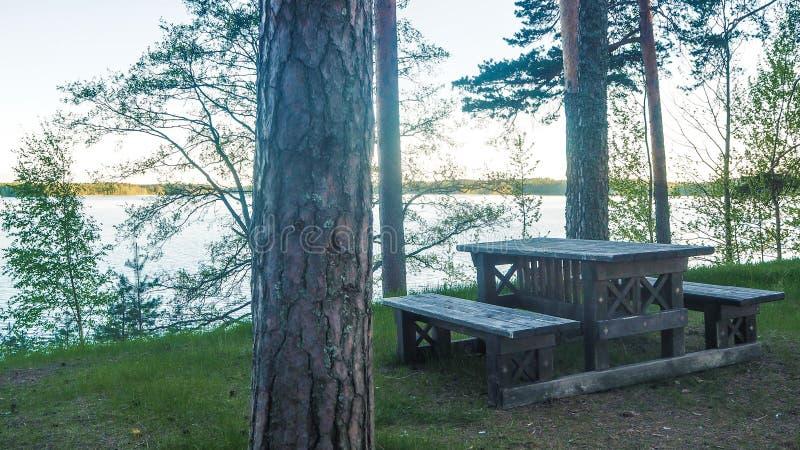 Pykniczny stół przy saimaa jeziorem przy zmierzchem w Finland fotografia royalty free