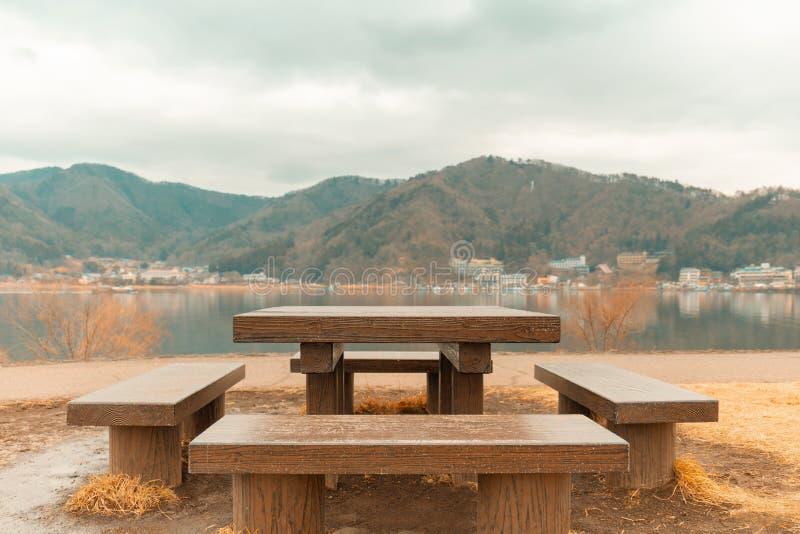 Pykniczny stół z wspaniałym widokiem przy Kawaguchiko jeziorem Japonia zdjęcie royalty free