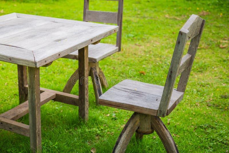 Download Pykniczny Teren Z Drewnianym Stołem Obraz Stock - Obraz złożonej z pinkin, plenerowy: 57653871
