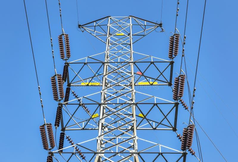 Pylône électrique à haute tension dans la sous-station électrique de centrales électriques photographie stock