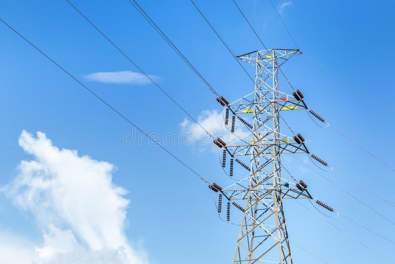 Pylône électrique à haute tension dans la sous-station électrique de centrales électriques image libre de droits