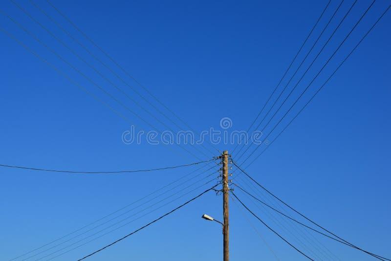 Pylône électrique de fil sous le ciel bleu photographie stock