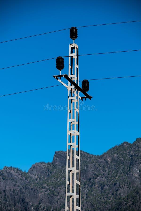 Pylône avec des câbles et des fusibles images stock