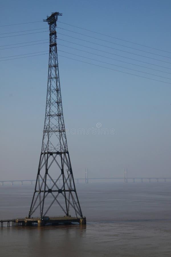 Pylône de l'électricité et passerelle de Severn photos libres de droits