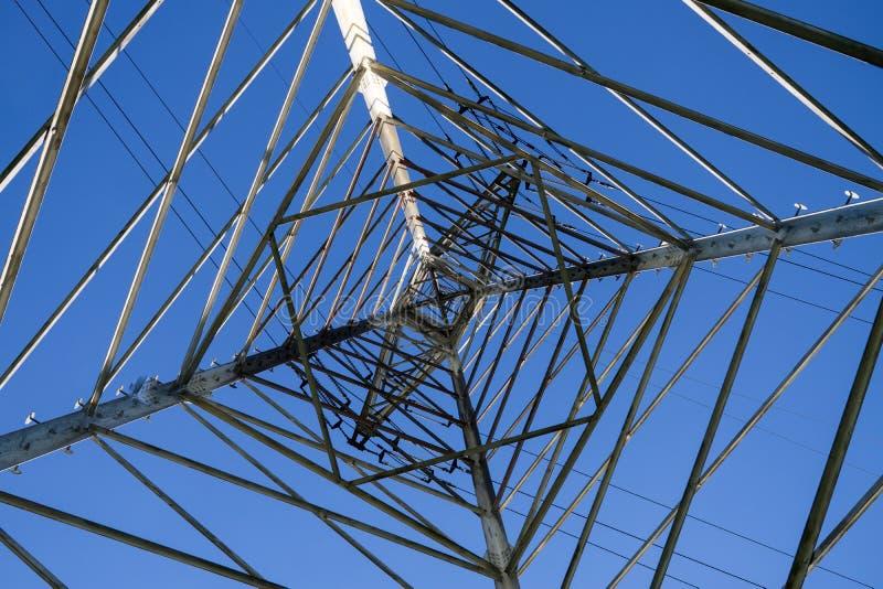 Pylône de l'électricité shooted de dessous contre le ciel bleu photo libre de droits