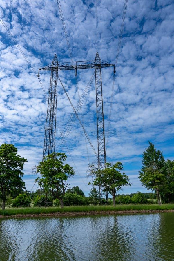 Pylône de puissance dans le beau paysage d'été photographie stock libre de droits