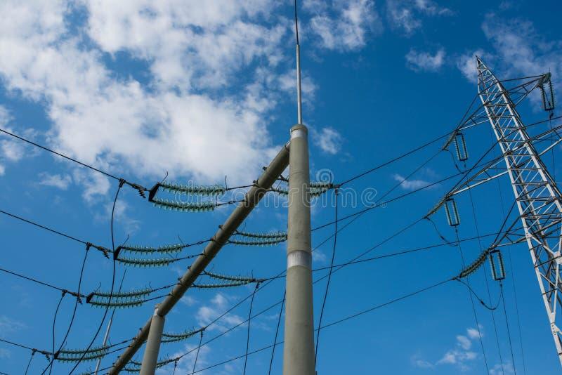 Pylônes à haute tension de l'électricité contre le ciel bleu parfait photos stock