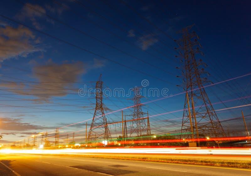 Pylônes de fourniture d'électricité dans la campagne image libre de droits