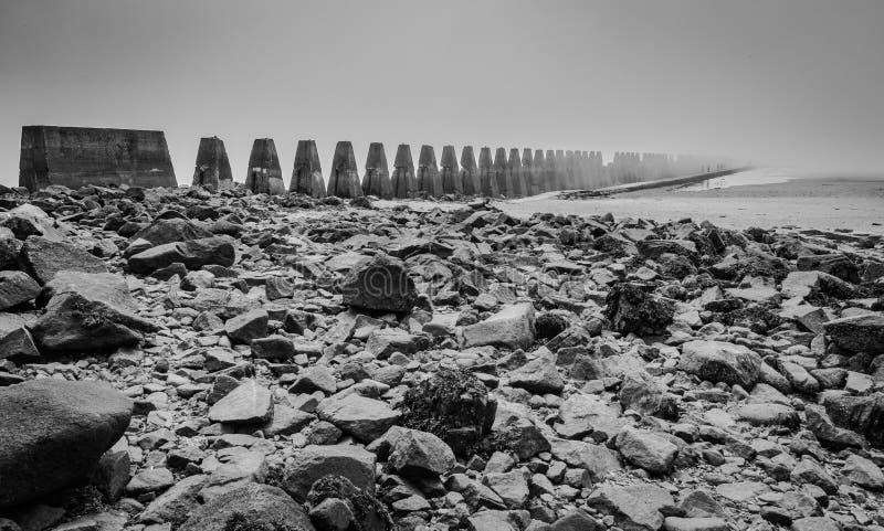 Pylônes de roche et d'anti-bateau images stock