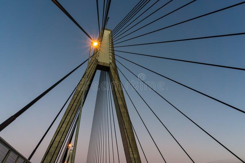Pylône d'ANZAC Bridge avec des fils au crépuscule, Sydney, Australie photographie stock libre de droits