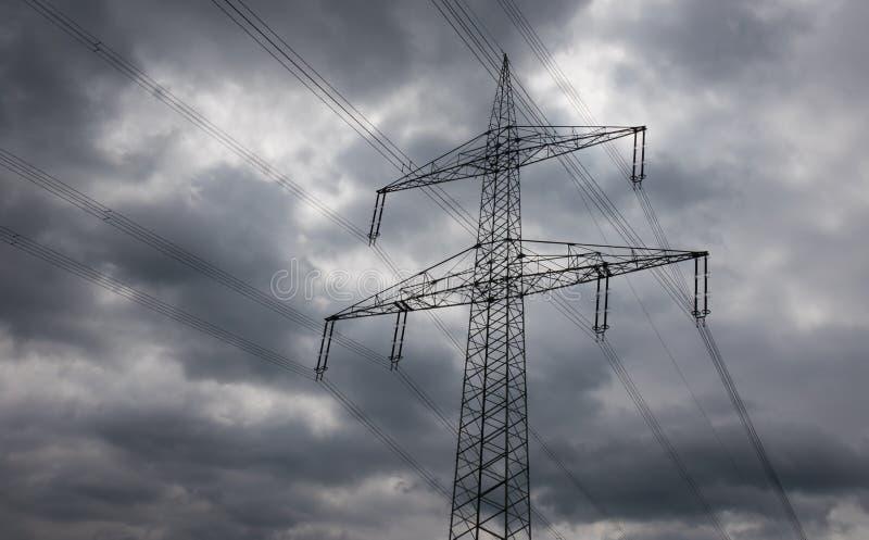 Pylône de l'électricité contre le ciel au soleil image libre de droits