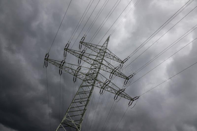 Pylône de l'électricité contre le ciel au soleil photographie stock libre de droits