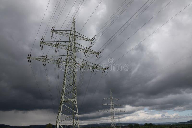 Pylône de l'électricité contre le ciel au soleil photographie stock