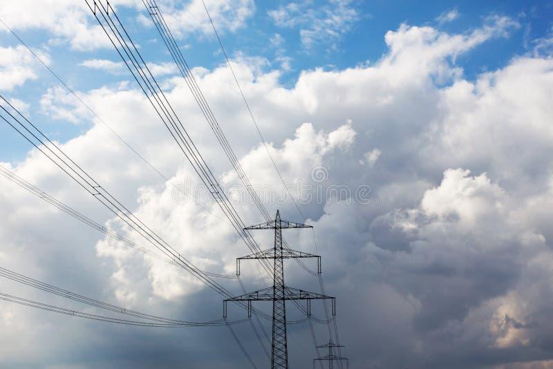 Pylône de l'électricité contre le ciel nuageux images libres de droits