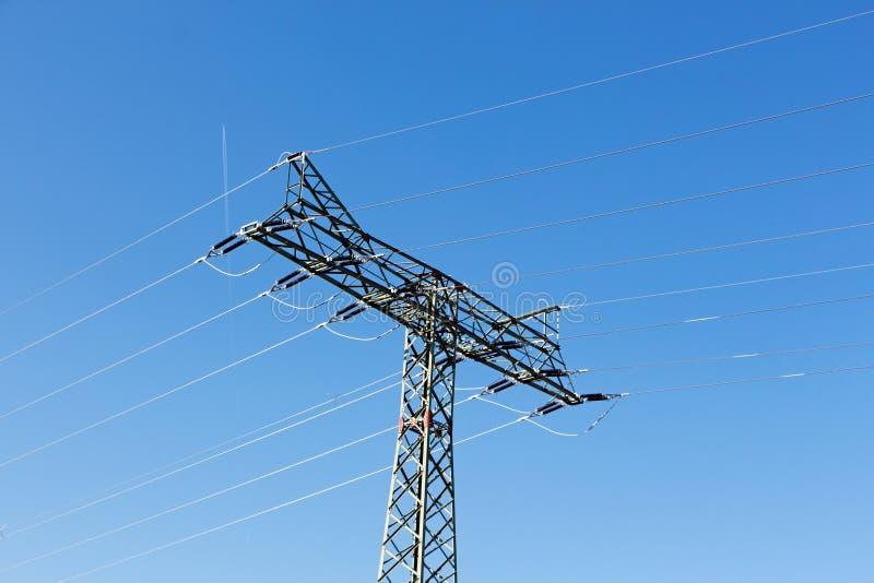 Pylône de l'électricité contre un ciel bleu photo stock
