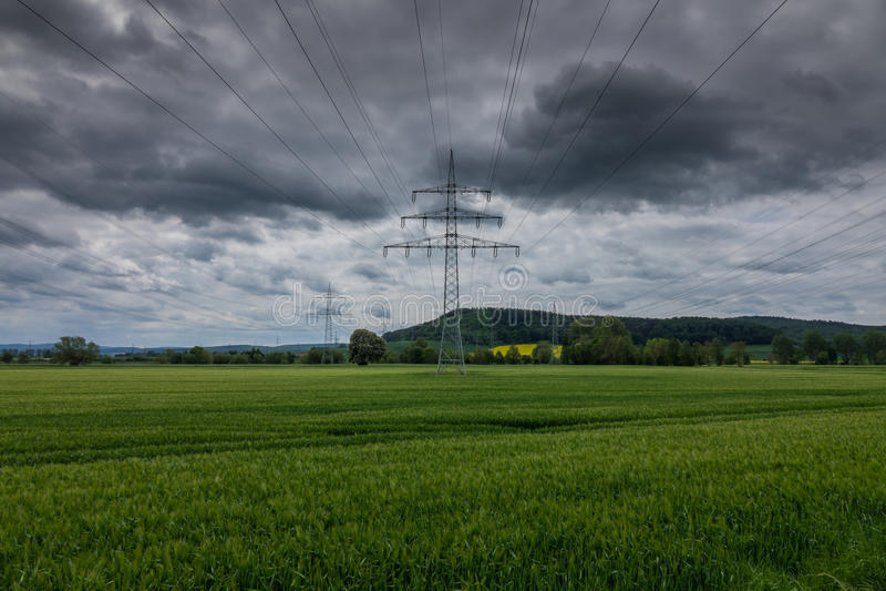Pylône de l'électricité dans le domaine, Allemagne photographie stock libre de droits