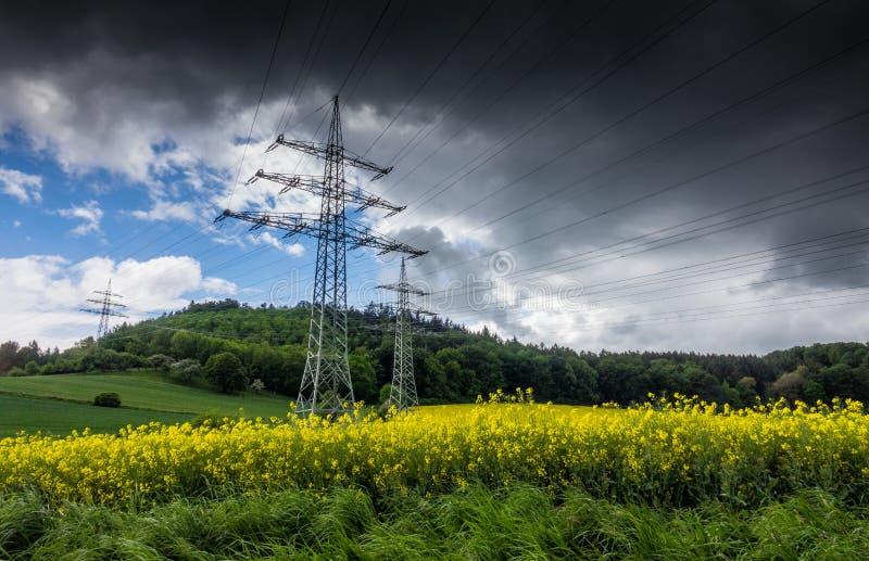 Pylône de l'électricité dans le domaine, Allemagne photographie stock