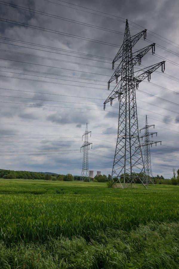 Pylône de l'électricité dans le domaine, Allemagne image libre de droits