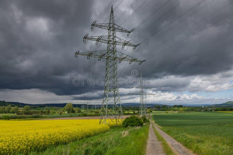 Pylône de l'électricité dans le domaine, Allemagne images stock