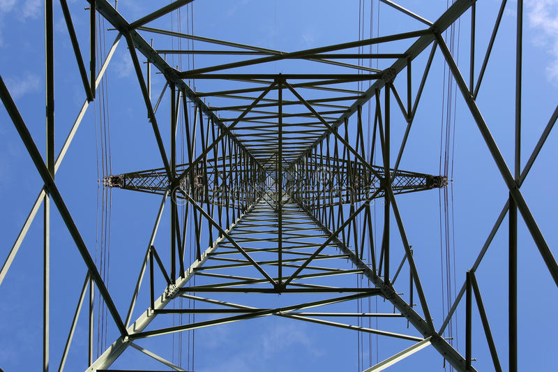 Pylône de l'électricité de dessous photographie stock libre de droits