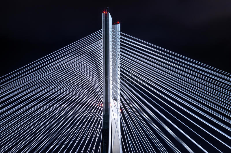 Pylône de pont au cours de la nuit image libre de droits