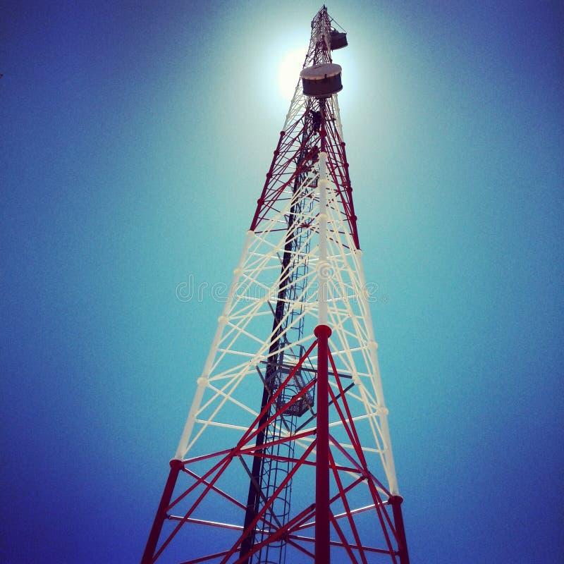 Pylône de télécom avec des antennes à hyperfréquences d'Ericsson image libre de droits