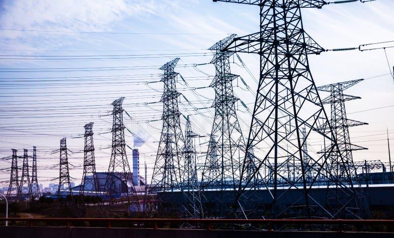 Pylône de transmission de l'électricité silhouetté image libre de droits