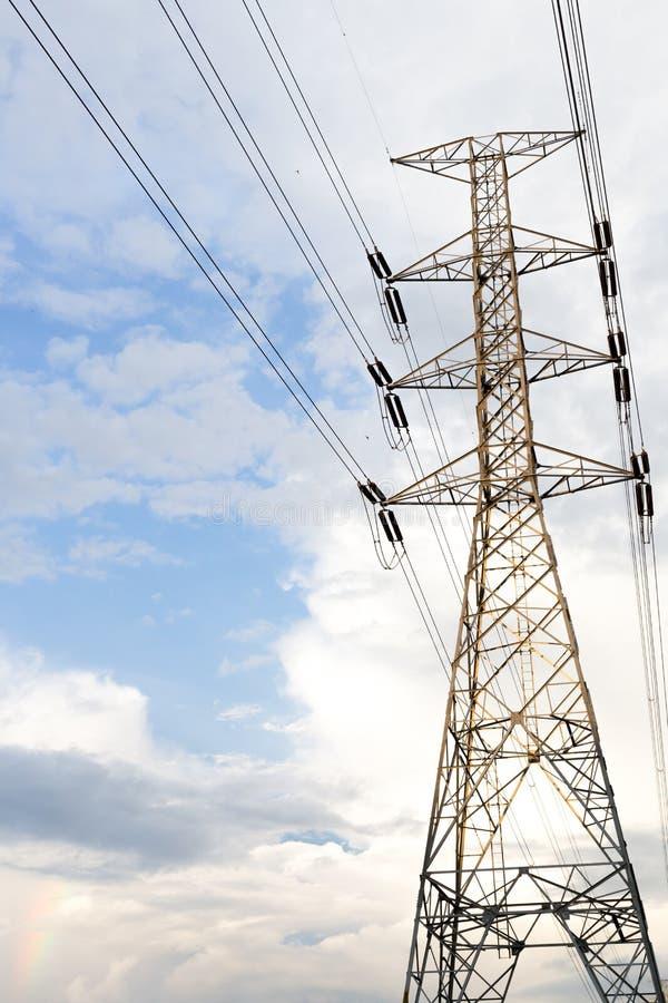 Pylône de transmission de l'électricité silhouetté contre le ciel bleu à d photo libre de droits
