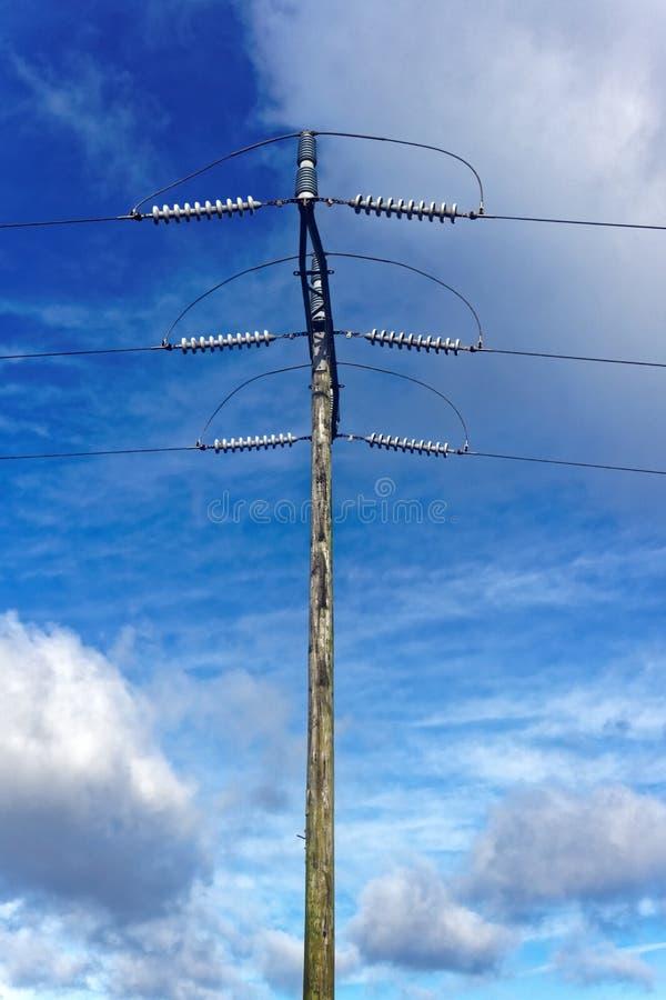 Pylône en bois de l'électricité image stock