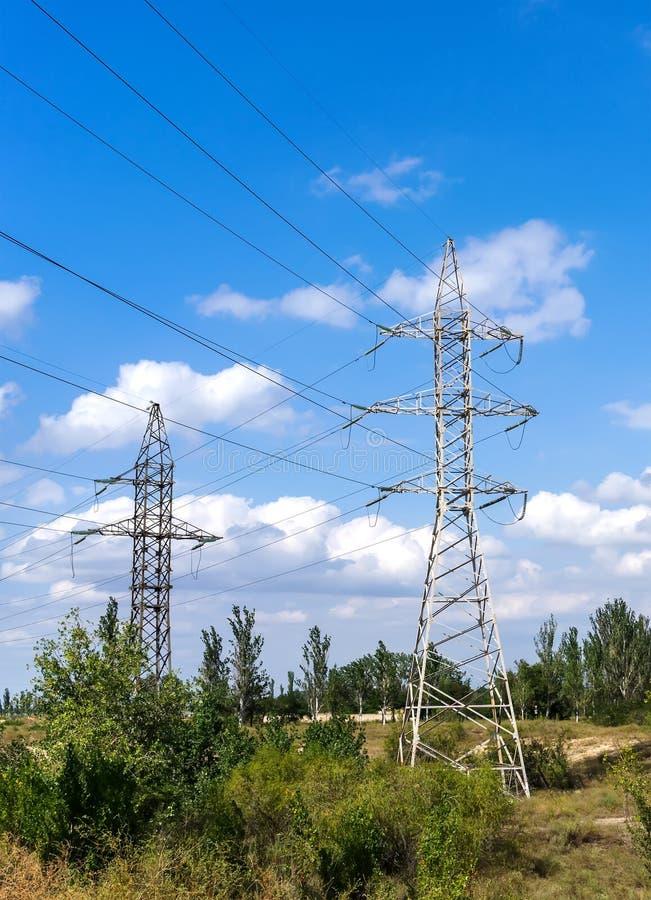 Download Pylône Et Lignes électriques De Transmission De L'électricité Dans Une Forêt Image stock - Image du industriel, distribution: 77153367