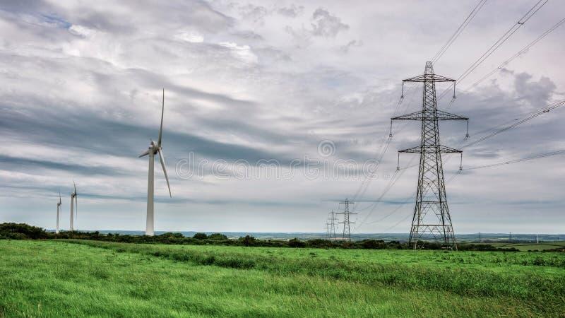 Pylônes d'énergie éolienne et d'électricité image stock