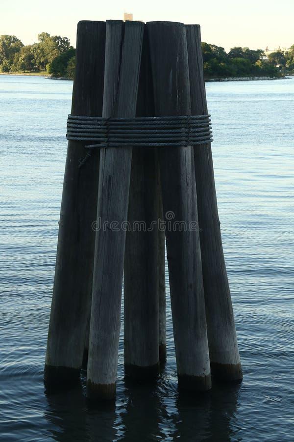 Pylônes dans l'eau au coucher du soleil photo libre de droits