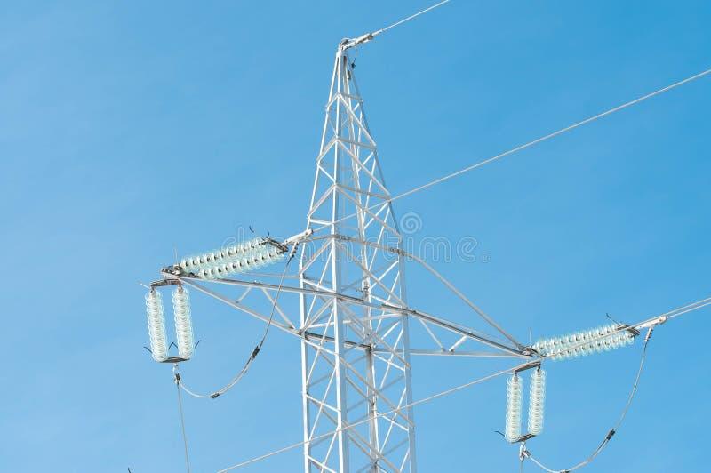 Pylon στενός επάνω πυροβολισμός ηλεκτρικής ενέργειας στον όμορφο μπλε ουρανό στοκ εικόνες