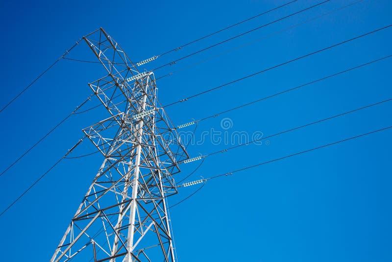 Pylon и High Voltage Powerline с фоновым голубым небом стоковые фото