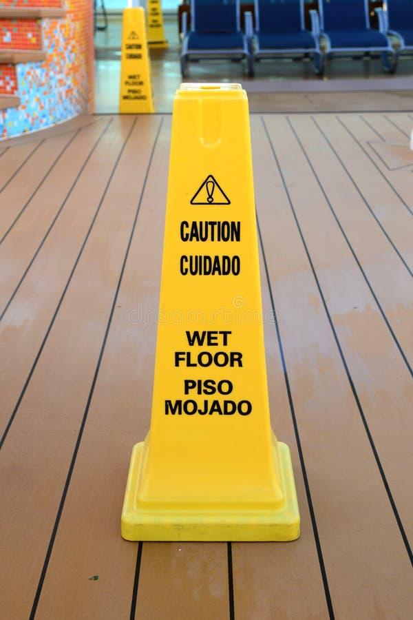 Pylon de segurança do pavimento molhado imagem de stock