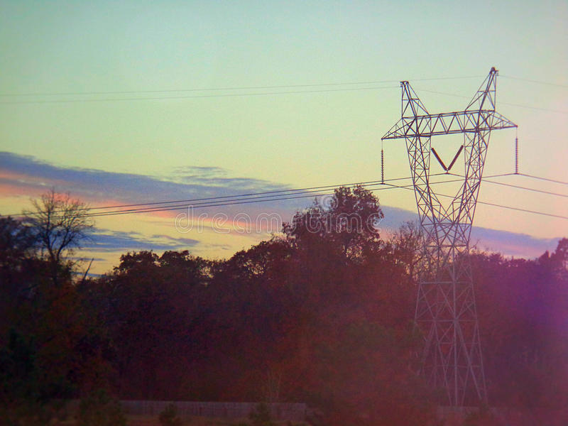 Pylon med solnedgångbakgrund arkivfoton