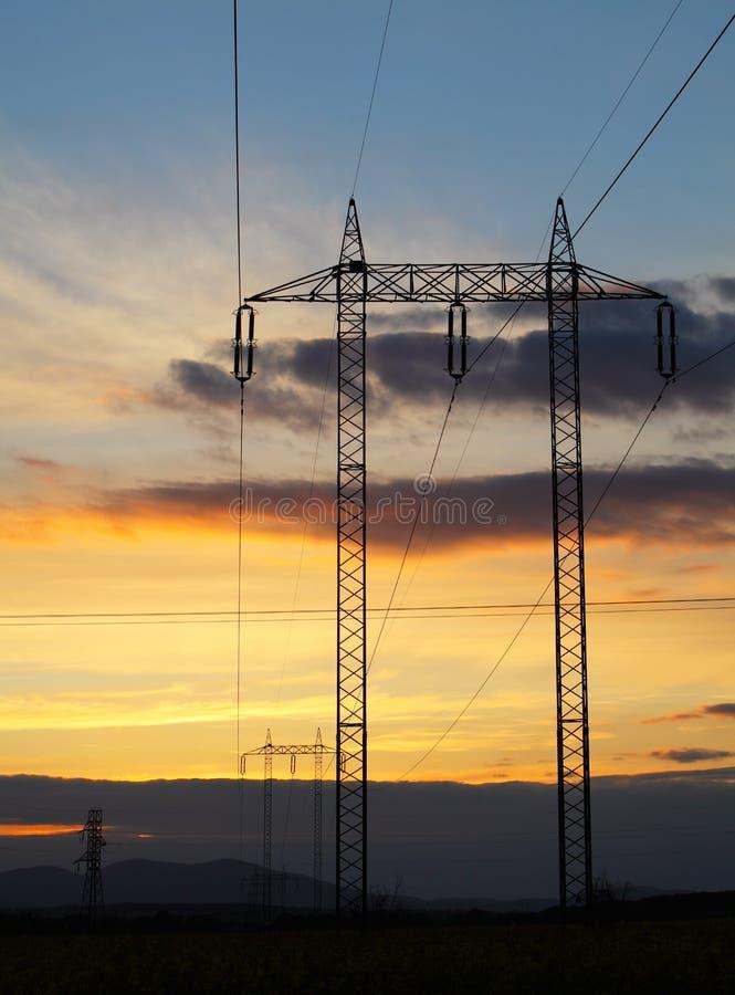 Pylon zonsondergang van de elektriciteit - machtsenergie stock foto