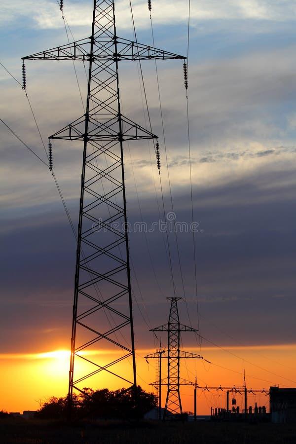 Pylonen bij zonsondergang stock afbeelding